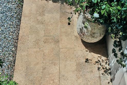 https://www.ceramicheminori.com/immagini_pagine/29-12-2020/pavimenti-per-esterno-83-2688-330.jpg
